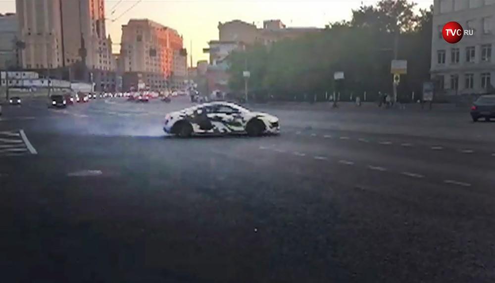 Автомобиль устроил дрифт на Садовом кольце