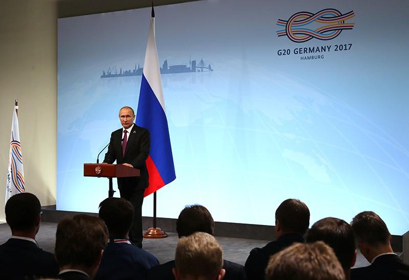 Президент России Владимир Путин отвечает на вопросы журналистов во время пресс-конференции