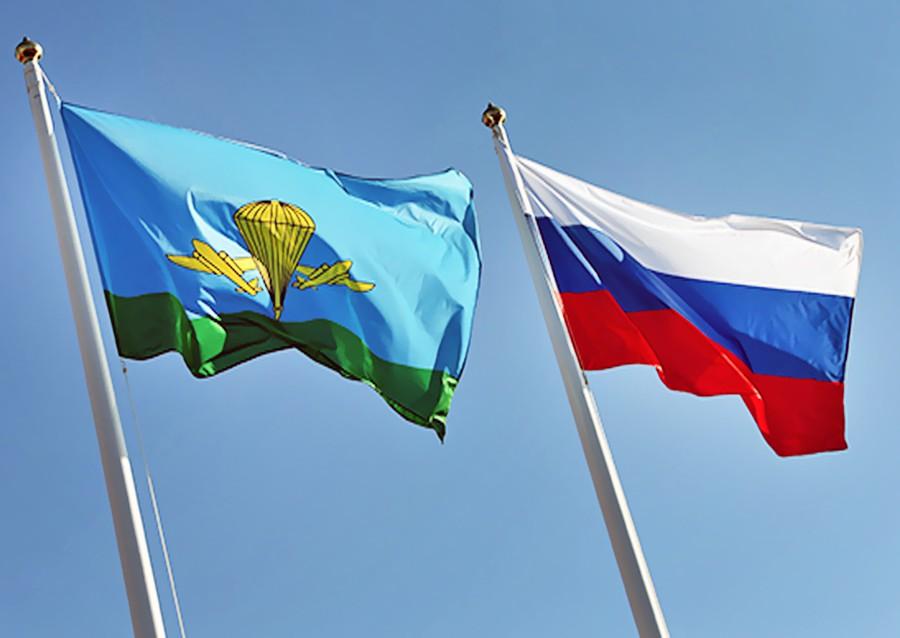 Флаги ВДВ и России