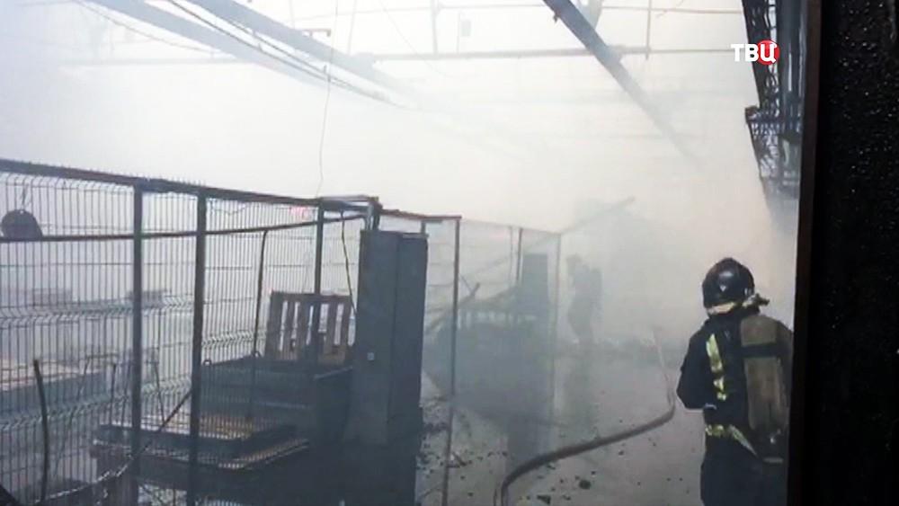 Пожарные на месте возгорания в цехе завода