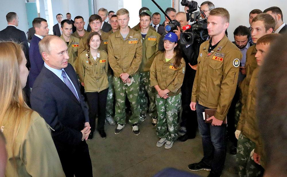 Владимир Путин встретился с участниками студенческого строительного отряда