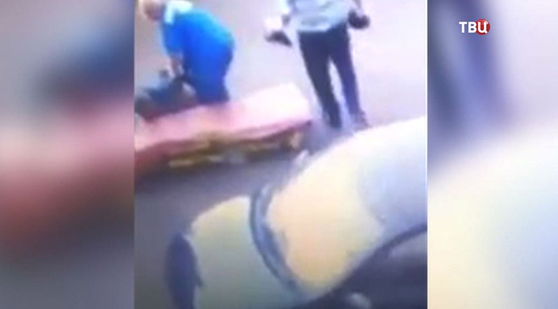 Врачи скорой помощи тащут пациента по земле