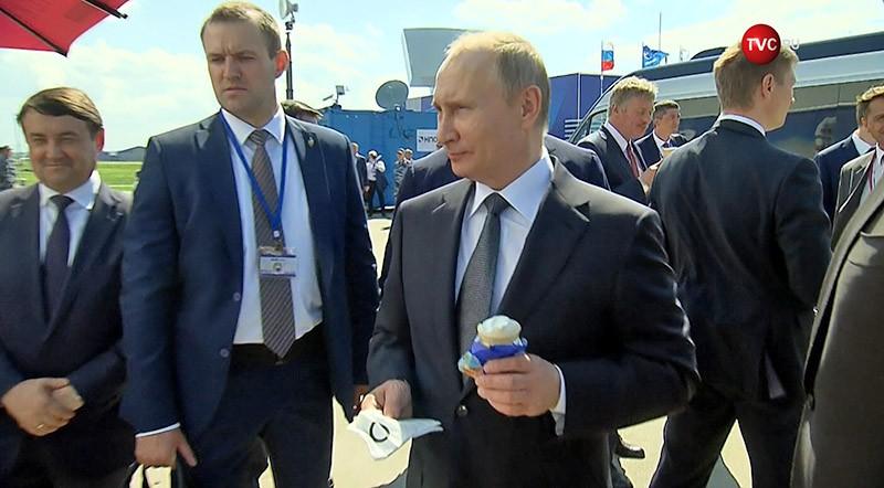 Владимир Путин ест мороженое