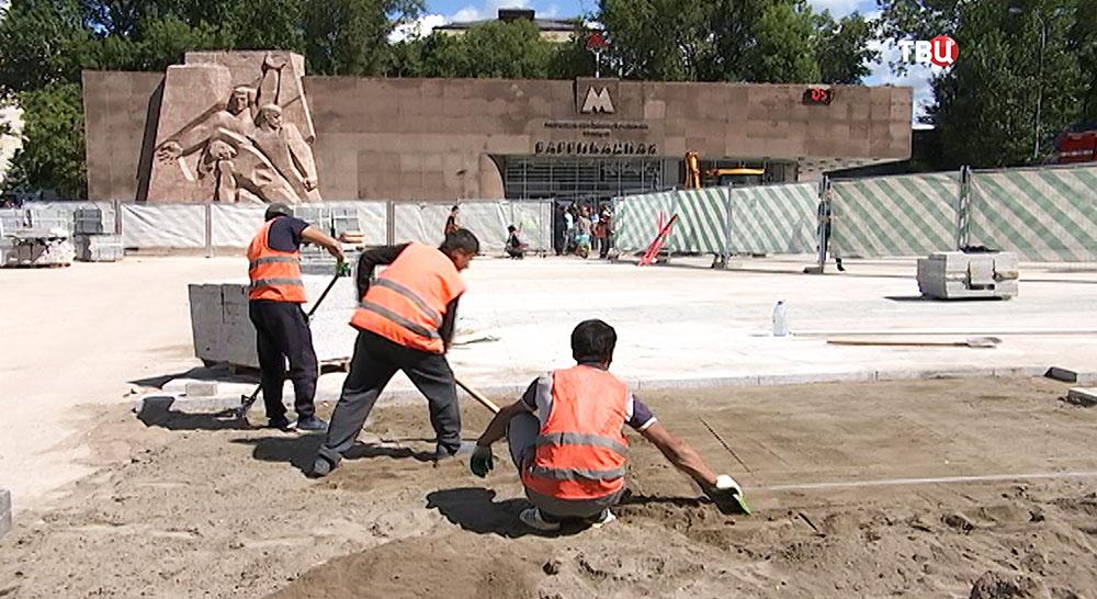 "Укладка брусчатки у станции метро ""Баррикадная"""