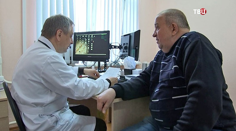 Врач осматривает больного