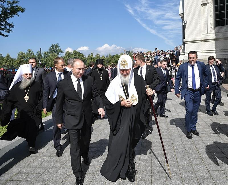 Президент России Владимир Путин и патриарх Кирилл во время посещения в День Военно-морского флота ставропигиального Никольского Морского собора в Кронштадте
