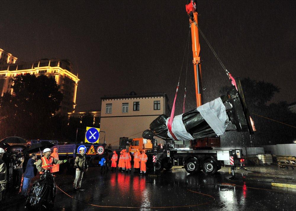 Подготовка и установка памятника М.Горькому на площади Тверская Застава