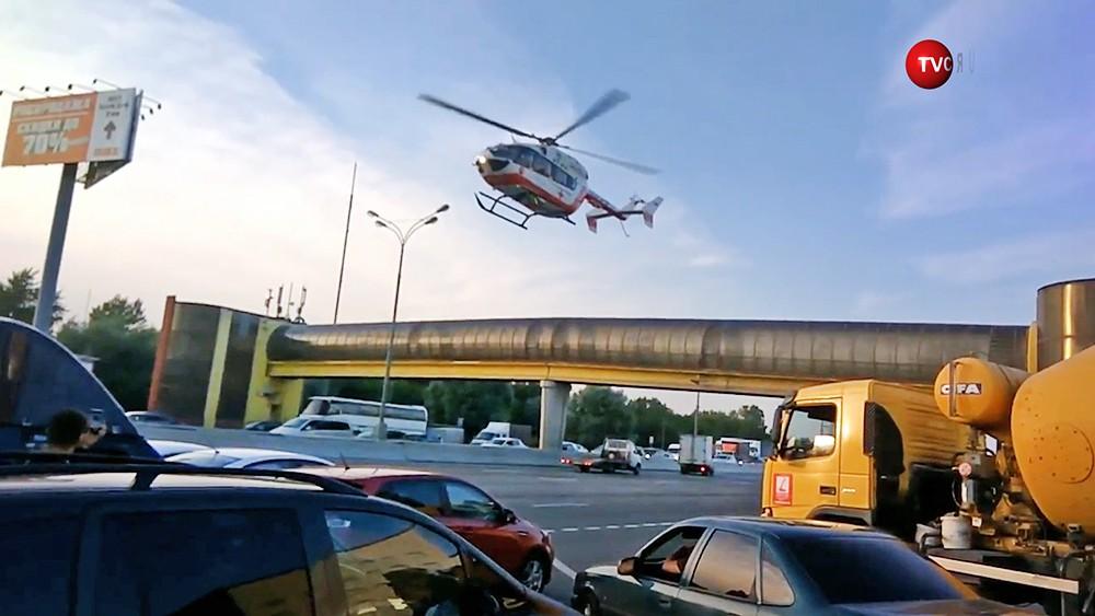 Медицинский вертолет на месте ДТП на МКАД
