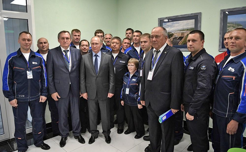 Владимир Путин и работники Нижне-Бурейской ГЭС