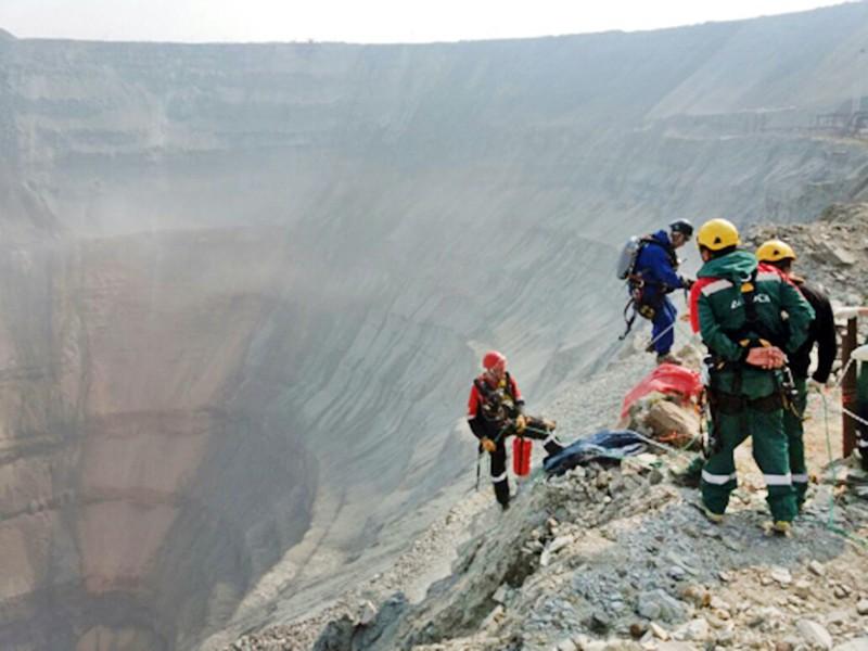 """Горные спасатели МЧС работают на руднике """"Мир"""" в Якутии"""