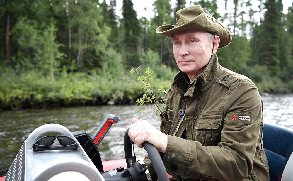 Владимир Путин плывет на катере