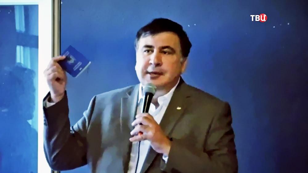 Михаил Саакашвили демонстрирует украинский паспорт