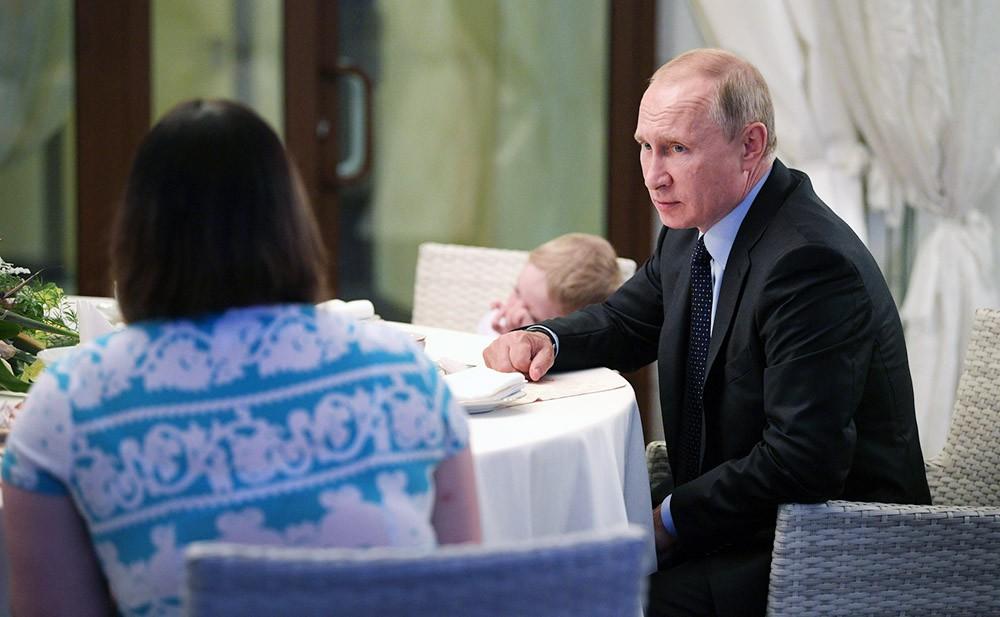 Владимир Путин встретился с жительницей Ижевска, которой подарил путевку в Сочи