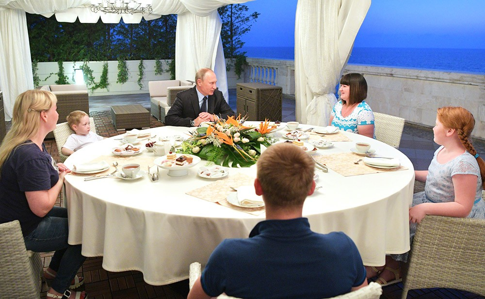 Владимир Путин встретился с Анастасией Вотинцевой и её семьёй