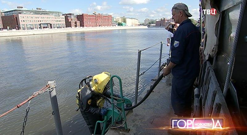 Водолазы проверяют газопровод на дне Москвы-реки