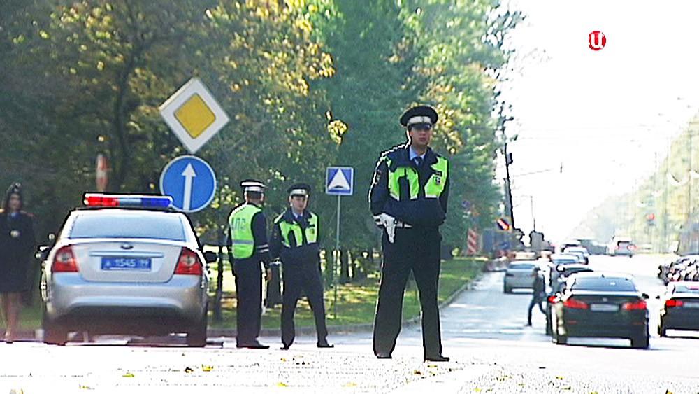 Инспекторы ДПС работают на трассе
