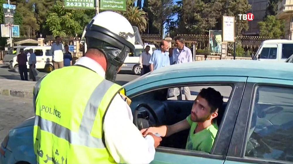 Инспектор ГАИ в Сирии проверяет права