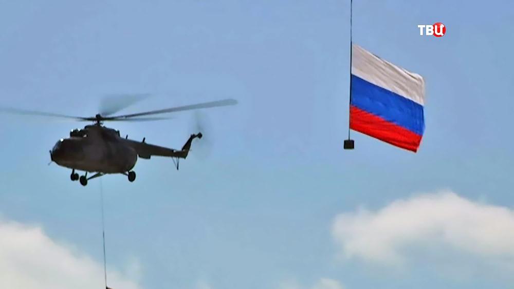 Вертолеты ВКС России во время воздушного парада