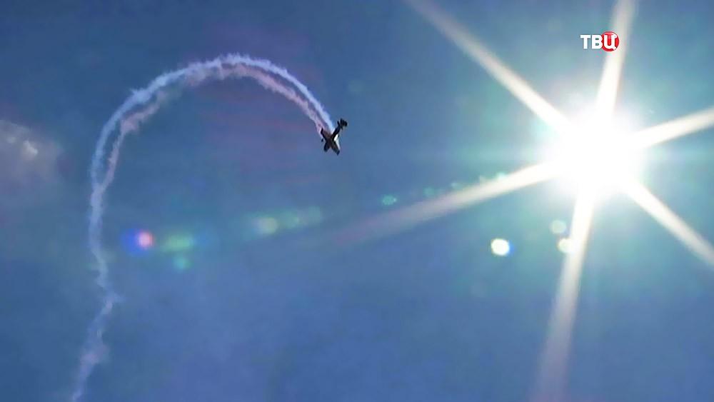 Самолет выполняет фигуры пилотажа на авиашоу