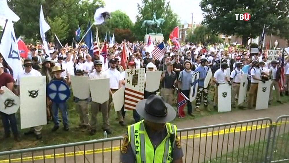 Митинг у памятника главнокомандующему армией Конфедератиывных Штатов Америки Роберту Эдварду Ли