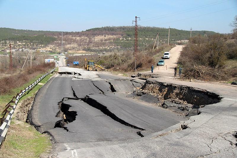 Последствия оползня на участке трассы Симферополь-Севастополь