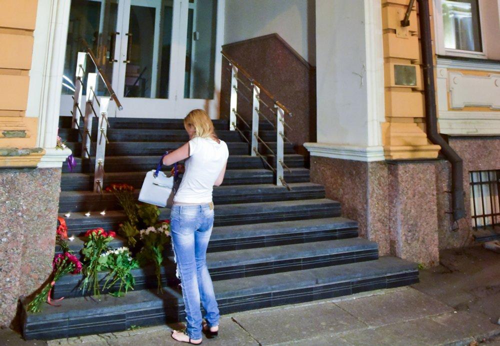 Цветы и свечи у посольства Испании в Москве