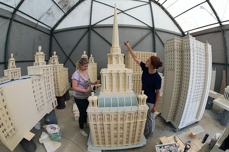 Сотрудники работают в цехе по производству арт-объектов для празднования Дня города Москвы