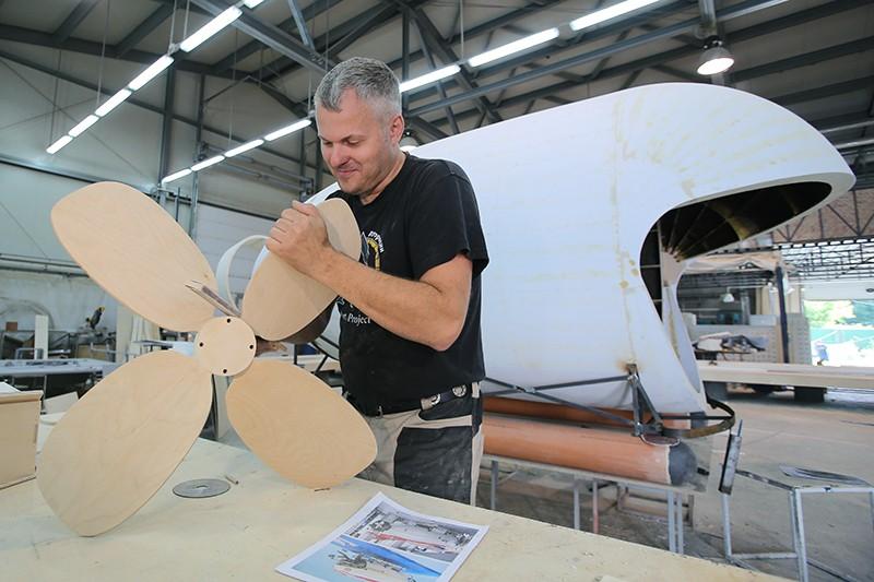 Сотрудник работает в цехе по производству арт-объектов для празднования Дня города Москвы