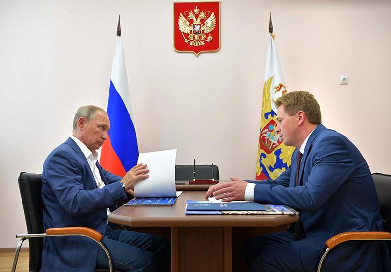 Президент России Владимир Путин и временно исполняющий обязанности губернатора Севастополя Дмитрий Овсянников