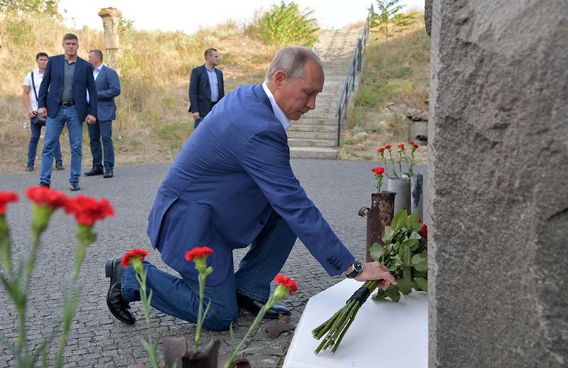 Президент России Владимир Путин на церемонии возложения цветов защитникам Севастополя