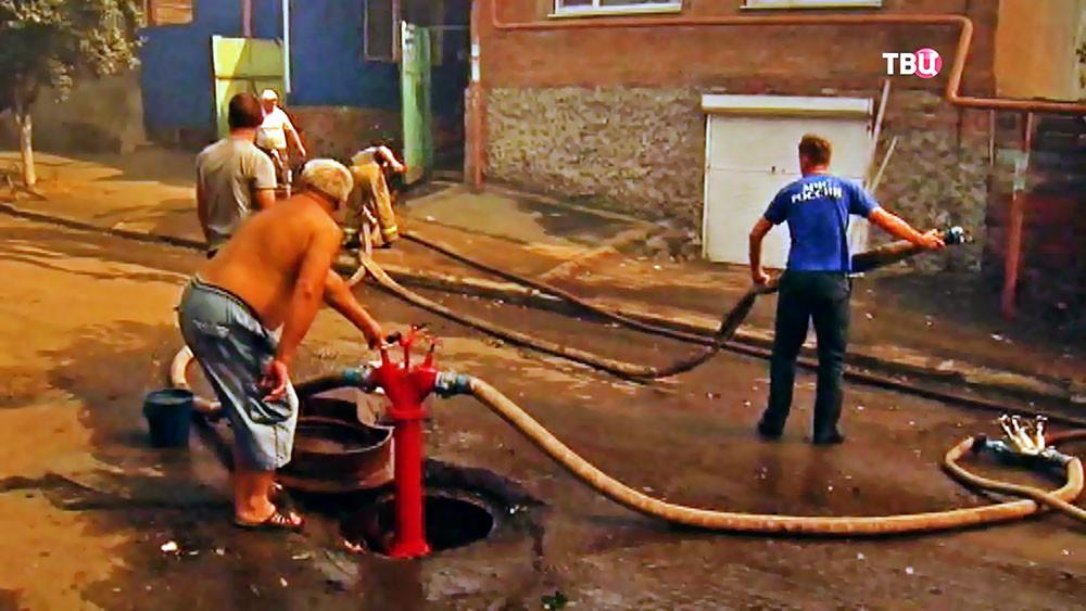 Жители тушат пожар в Ростове-на-Дону