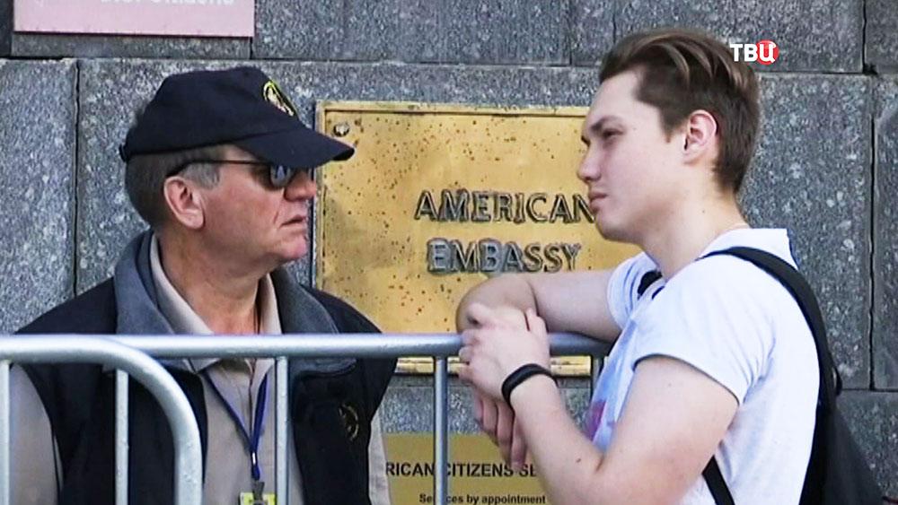 Очередь у посольства США в Москве