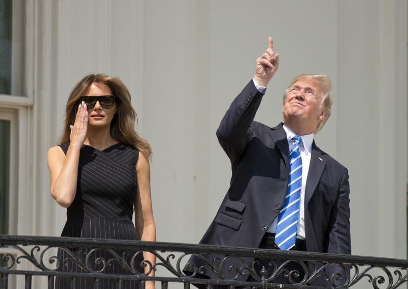 Меланья и Дональд Трамп наблюдают за солнечным затмением
