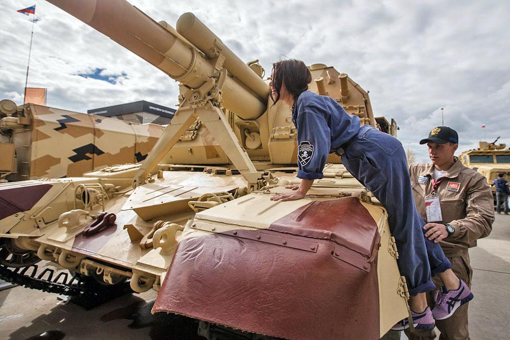 """Самоходная гаубица """"Мста-С"""" на выставке военной техники"""