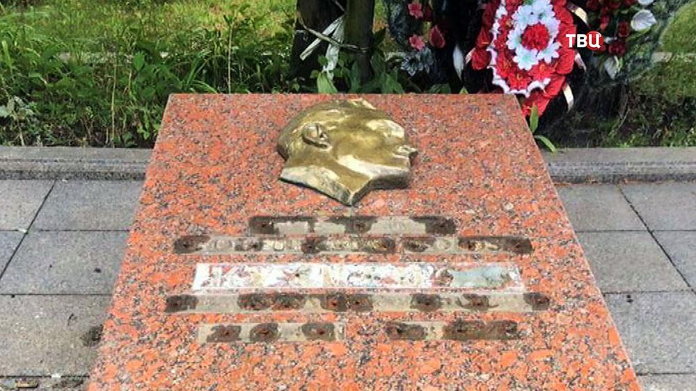Во Львове вандалы осквернили памятник советскому разведчику Николаю Кузнецову