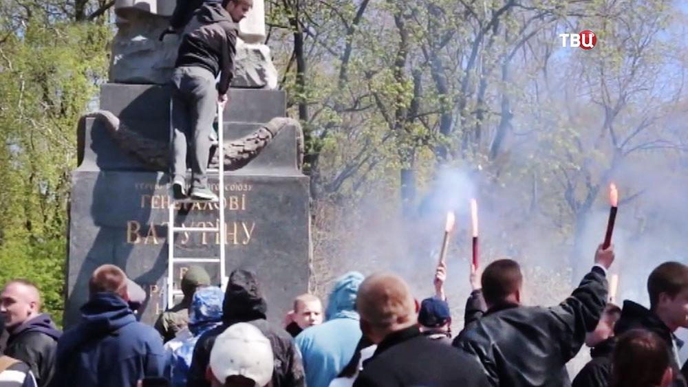 Украинские вандалы осквернили памятник генералу Николаю Ватутину