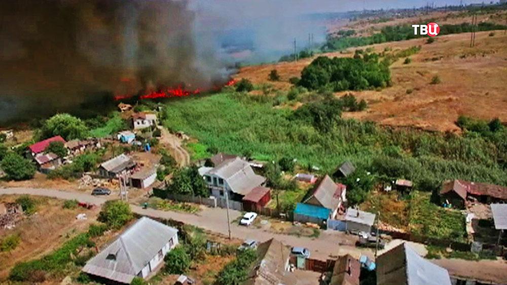 Степной пожар подбирается к домам