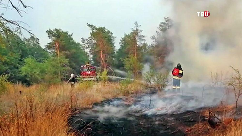 Пожарные тушат степной пожар