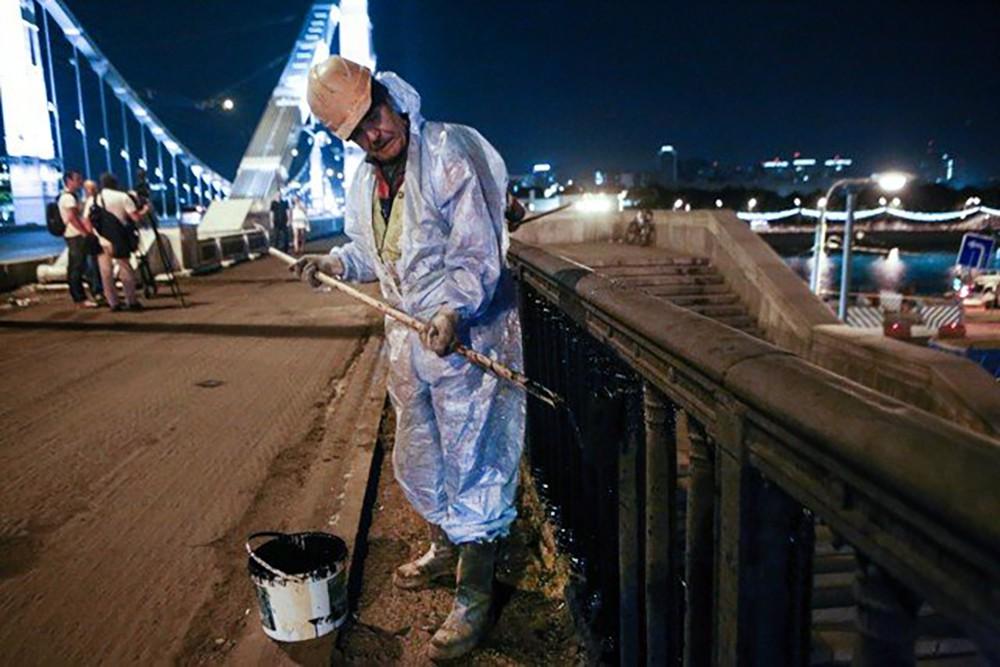 Покраска Крымского моста в Москве