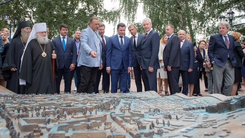 Сергей Собянин и Дмитрий Миронов осматривают памятник с картой Ярославля