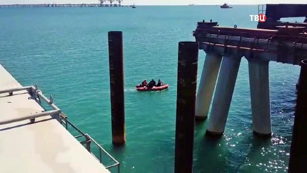 Спасатели МЧС на месте упавшего в море автобуса со строителями