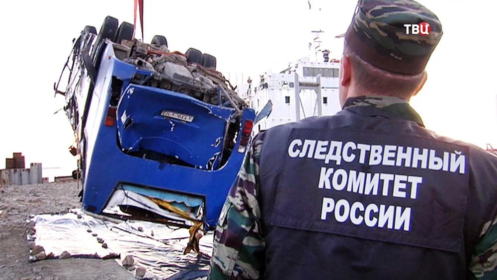 Представители Следственного комитета на месте упавшего в море автобуса со строителями