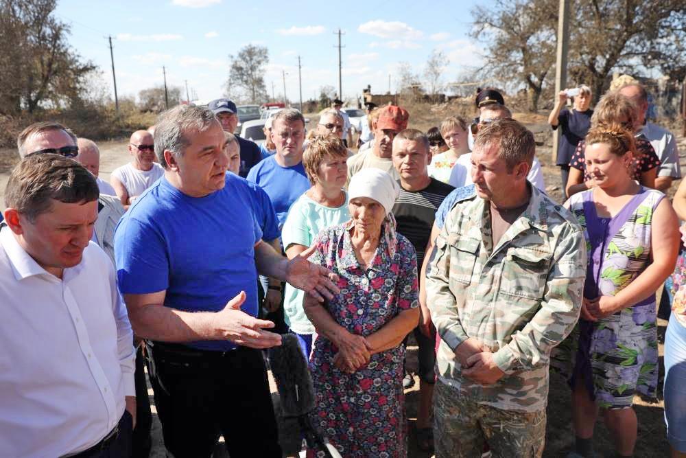 Глава МЧС Владимир Пучков и пострадавшие от пожаров жители Волгоградской области