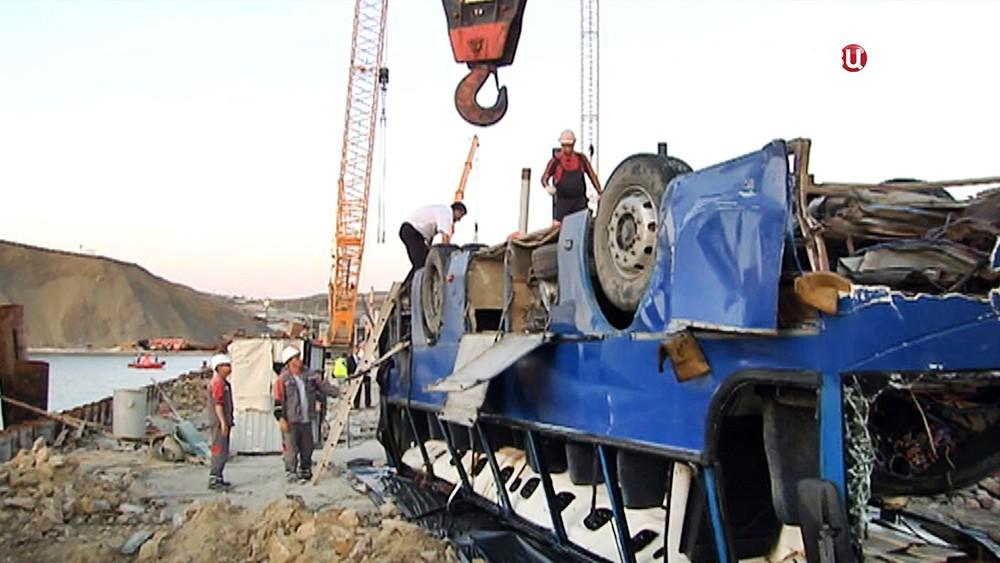Операция по подъему упавшего в море автобуса со строителями