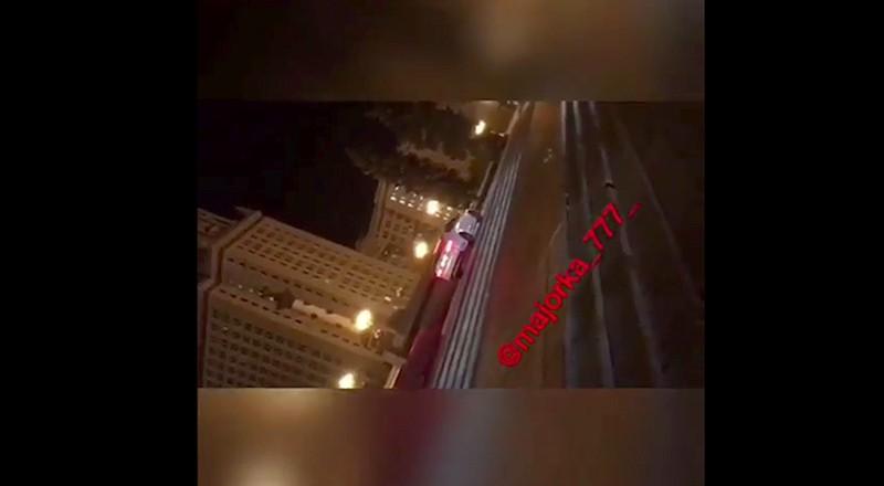 Водитель дрифтует у здания МГУ