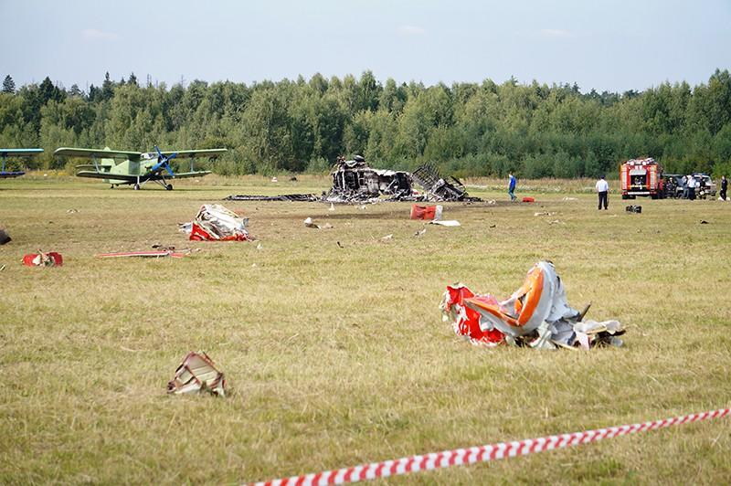 """Обломки самолета Ан-2, потерпевшего крушение во время авиашоу, на аэродроме """"Черное"""" в подмосковной Балашихе"""