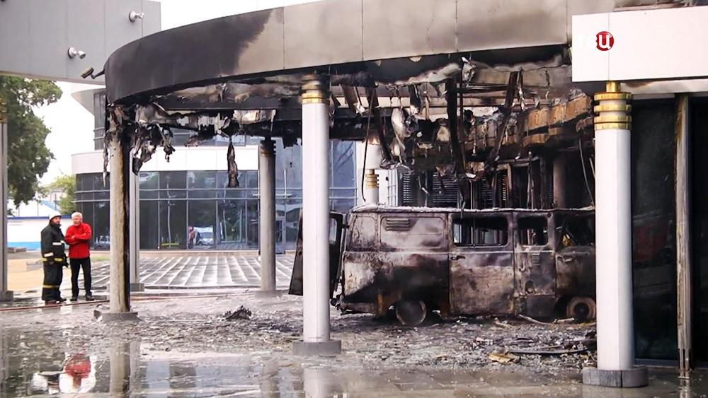 Последствия взрыва микроавтобуса с баллонами у кинотеатра в Екатеринбурге