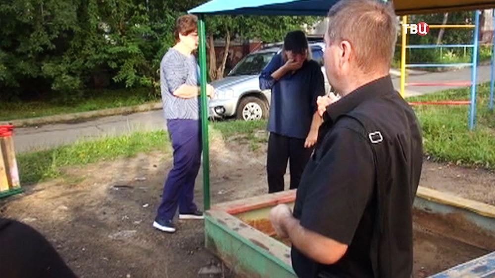 Близкие погибшего ребенка на детской площадке в Хабаровске