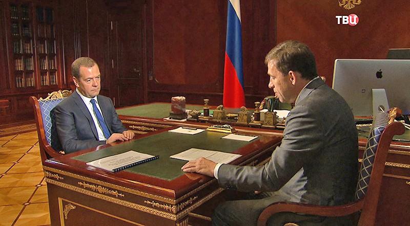 Премьер-министр Дмитрий Медведев и временно исполняющий обязанности главы региона Евгений Куйвашев