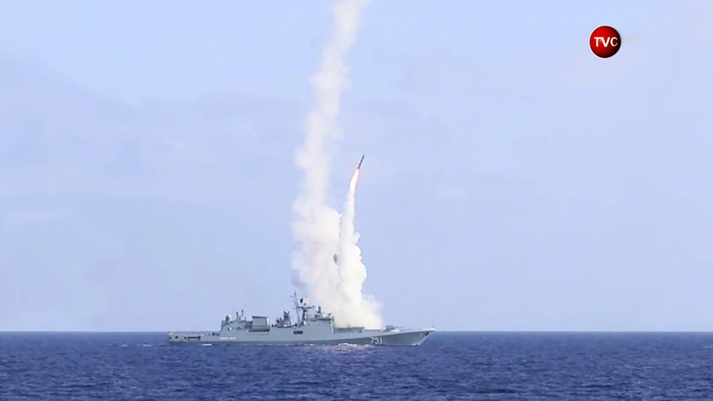 """Фрегат """"Адмирал Эссен"""" производит пуск ракет"""
